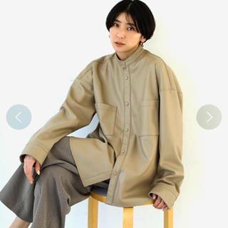 トゥデイフル(TODAYFUL)のTODAYFUL エコレザーシャツ ベージュ(ノーカラージャケット)