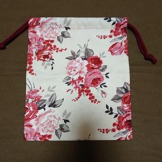 ローラアシュレイ(LAURA ASHLEY)の巾着袋 ローラアシュレイ 赤花柄(ポーチ)