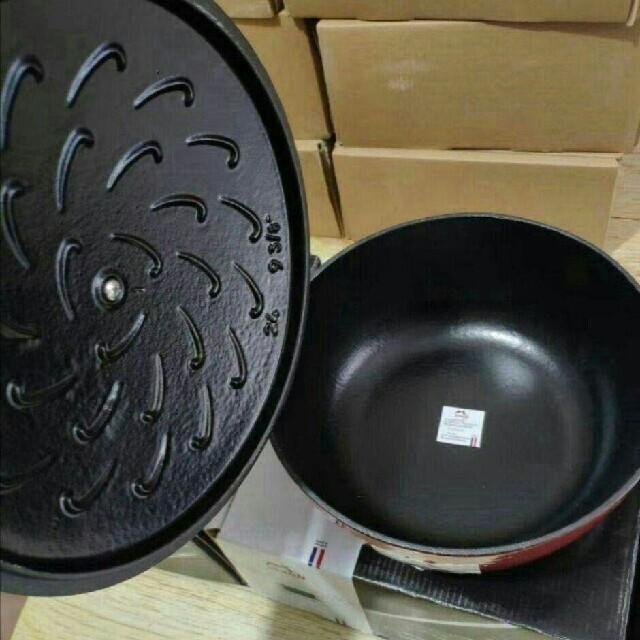 STAUB(ストウブ)の24cm 鋳鉄STAUBエナメル鍋 インテリア/住まい/日用品のキッチン/食器(調理道具/製菓道具)の商品写真