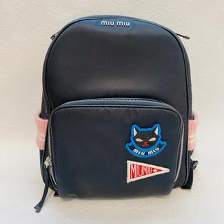 ミュウミュウ(miumiu)のMiuMiu フロントロゴ リュック バックパック 猫 ワッペン 黒 ピンク(リュック/バックパック)