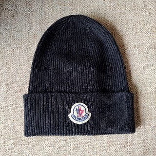 モンクレール(MONCLER)のMONCLER! ニット帽  ロゴパッチ メンズ 黒(ニット帽/ビーニー)