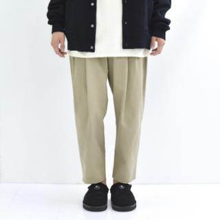 コモリ(COMOLI)の【19AW】URU  COTTON 2TUCK PANTS (BEIGE)(スラックス)