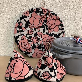 ストウブ(STAUB)のストウブ ブレイザー対応鍋敷と大きめ三角鍋つかみ バラ(収納/キッチン雑貨)