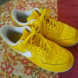 nike黄色スニーカー