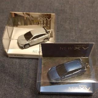 スバル(スバル)のSUBARUXV スバルXV青と白色 電池交換可能ライト付キーホルダー (ミニカー)