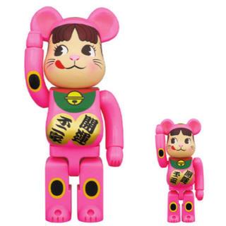 BE@RBRICK 招き猫 ペコちゃん 蛍光ピンク 100% & 400%(キャラクターグッズ)