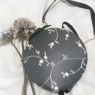 メゾンドフルール(Maison de FLEUR)のオーガンジー花柄刺繍 サークルショルダーバッグ ブラック(ショルダーバッグ)