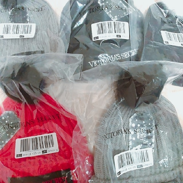 Victoria's Secret(ヴィクトリアズシークレット)のヴィクトリアシークレット ニット帽 ボンボン レディースの帽子(ニット帽/ビーニー)の商品写真