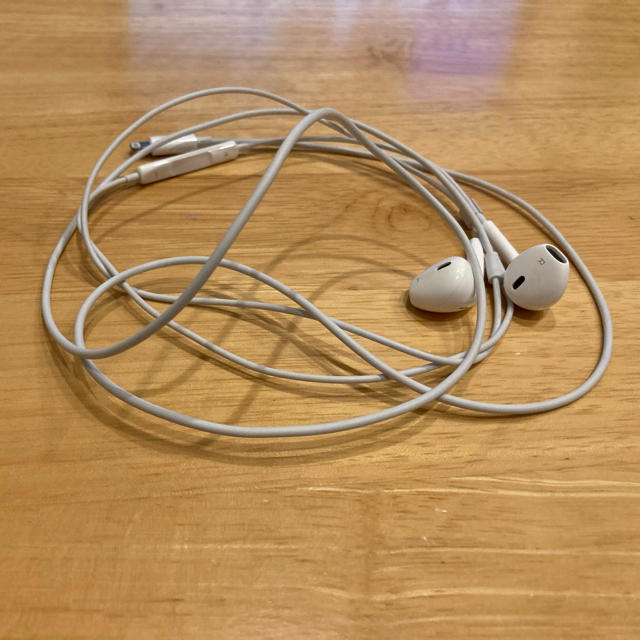 iPhone イヤホン スマホ/家電/カメラのオーディオ機器(ヘッドフォン/イヤフォン)の商品写真