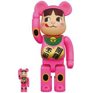 BE@RBRICK 招き猫 ペコちゃん 蛍光ピンク 100% & 400%(ぬいぐるみ/人形)