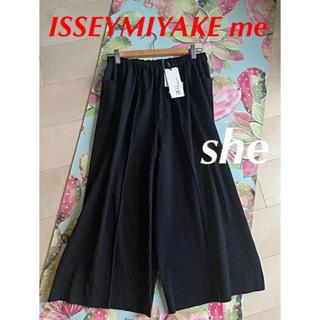 イッセイミヤケ(ISSEY MIYAKE)のA-POC PLEATS BLACK パンツ ISSEYMIYAKE me 定番(カジュアルパンツ)