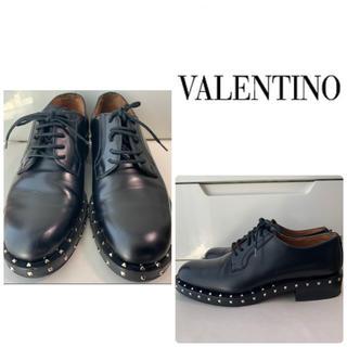 ヴァレンティノ(VALENTINO)のVALENTINO  ブラックレザー スタッズ ローファー(ローファー/革靴)