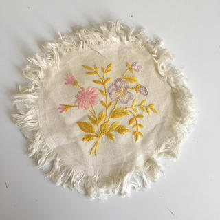 ウェッジウッド(WEDGWOOD)のベルギーのヴィンテージ花刺繍ドイリー(テーブル用品)