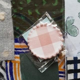 mina perhonen - つづく展 サンキューベリーバッジ タンバリン チェックピンク