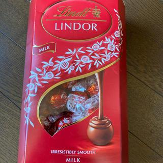 リンツ(Lindt)のリンドール ミルク 1箱(菓子/デザート)