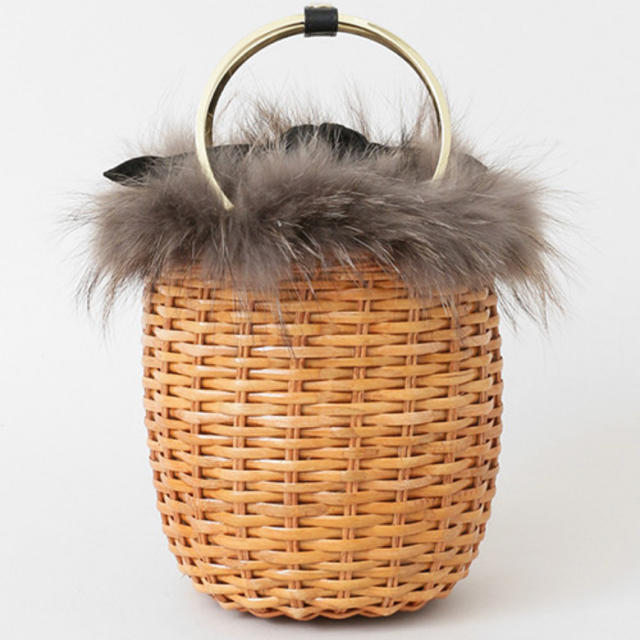 TOMORROWLAND(トゥモローランド)のヴィオラドーロ ファー付きラタンバッグ レディースのバッグ(かごバッグ/ストローバッグ)の商品写真