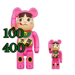 メディコムトイ(MEDICOM TOY)のBE@RBRICK招き猫ペコちゃん蛍光ピンク100%&400%(キャラクターグッズ)