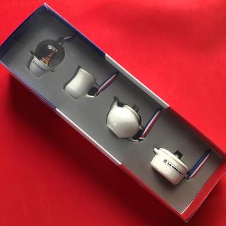 ルクルーゼ(LE CREUSET)の新品☆ルクルーゼ ミニチュア・オーナメント コレクション (4個入リ) (食器)