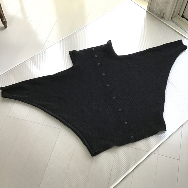 ISSEY MIYAKE(イッセイミヤケ)のイッセイミヤケ ミー ドルマンスリーブ トップス 黒 レディースのトップス(カットソー(長袖/七分))の商品写真