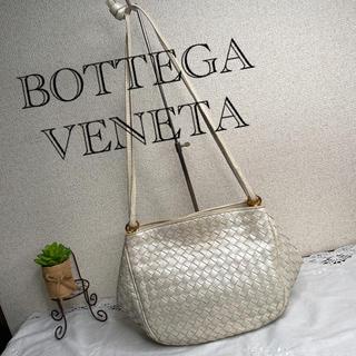 ボッテガヴェネタ(Bottega Veneta)のBOTTEGA VENETA イントレチャート ショルダーバッグ オフホワイト(ショルダーバッグ)