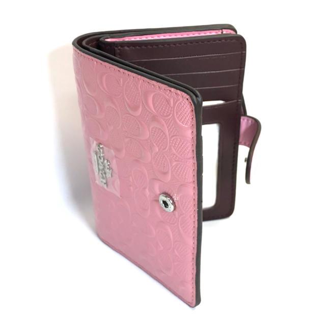 COACH(コーチ)のコーチ COACH凹凸の淡いピンクのシグネチャー パテント レザーが光沢の折財布 レディースのファッション小物(財布)の商品写真