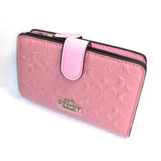 COACH - コーチ COACH凹凸の淡いピンクのシグネチャー パテント レザーが光沢の折財布