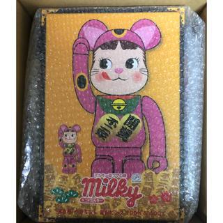 メディコムトイ(MEDICOM TOY)のBE@RBRICK 招き猫 ペコちゃん 蛍光ピンク 100% & 400%(キャラクターグッズ)
