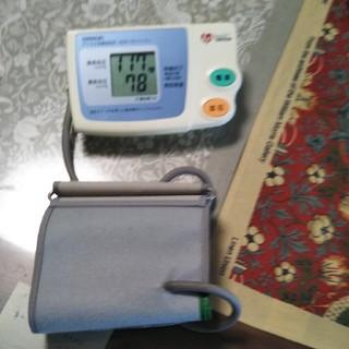 オムロン(OMRON)のオムロンデジタル自動血圧計 HEM-762 ファジィ(その他)