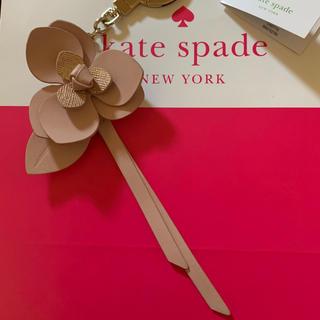 ケイトスペードニューヨーク(kate spade new york)の美品ケイトスペード ☆ピンクフラワー キーホルダー/バッグチャーム(キーホルダー)