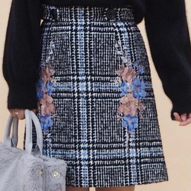 31 Sons de mode(トランテアンソンドゥモード)の【値下げ中】花刺繍台形スカート レディースのスカート(ひざ丈スカート)の商品写真