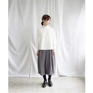 ヤエカ(YAECA)の美品 susuri ウールフロッグパンツ 19-556 定価44000円(カジュアルパンツ)