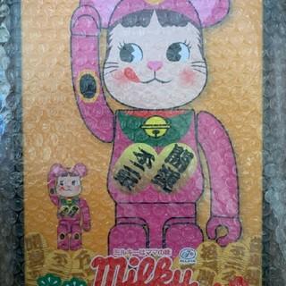メディコムトイ(MEDICOM TOY)のBE@RBRICK 招き猫ペコちゃんの蛍光ピンク 100% & 400%(フィギュア)