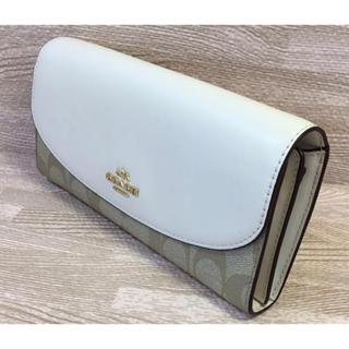 コーチCOACHライトベージュとホワイトの長財布、涼しげな色合いが上品