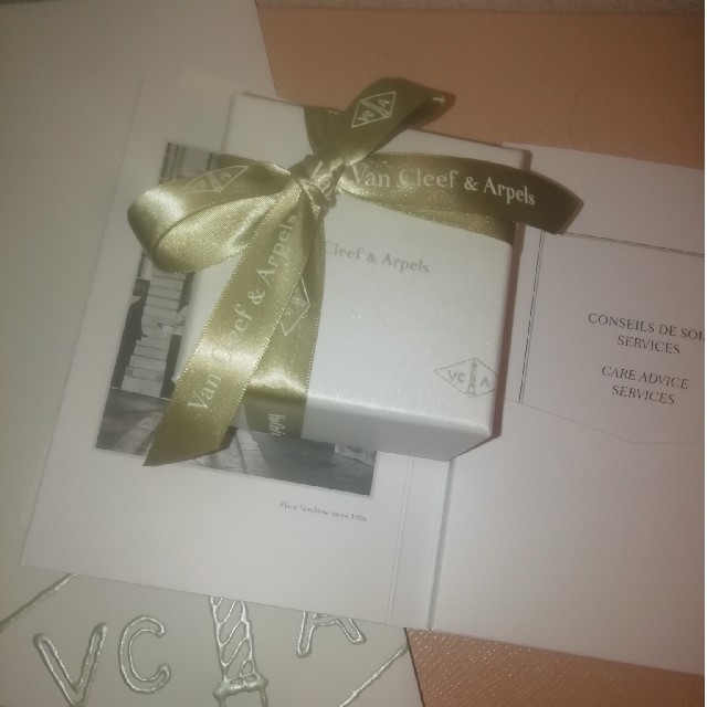 Van Cleef & Arpels(ヴァンクリーフアンドアーペル)のvan cleef & arpeals 新品 ホリデー ネックレス レディースのアクセサリー(ネックレス)の商品写真