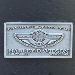 ハーレーダビットソン 100周年記念ピンバッジ・蓄光ステッカー・カタログ