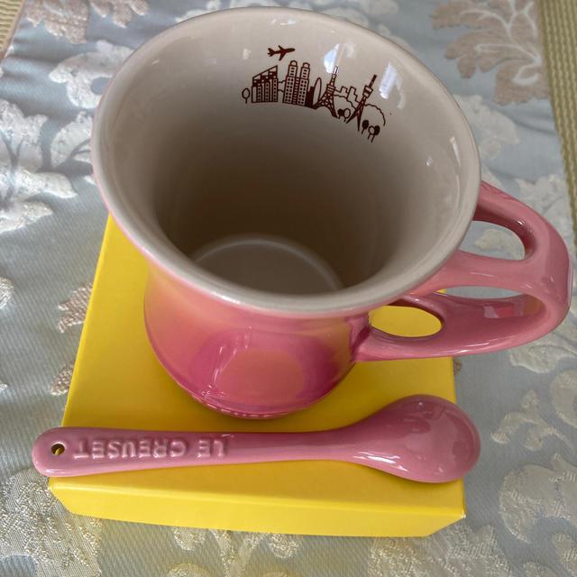 LE CREUSET(ルクルーゼ)のル・クルーゼ ANAオリジナル マグカップ&スプーン ピンク インテリア/住まい/日用品のキッチン/食器(グラス/カップ)の商品写真