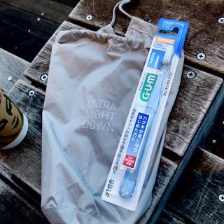 サンスター(SUNSTAR)のユニクロウルトライトダウンmen's袋+サンスターガムデンタルブラシ やわらかめ(日用品/生活雑貨)