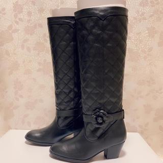 インゲボルグ(INGEBORG)のインゲボルグ カメリア付き キルティングロングブーツ 黒(ブーツ)