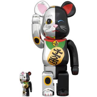 メディコムトイ(MEDICOM TOY)の即発送可能 BE@RBRICK 招き猫 銀×黒 100% & 400%(フィギュア)
