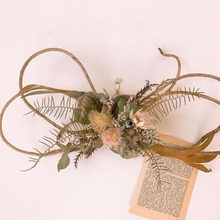 ドライフラワー お洒落なあけびの蔓に緑の葉と白の花材の冬リース(ドライフラワー)