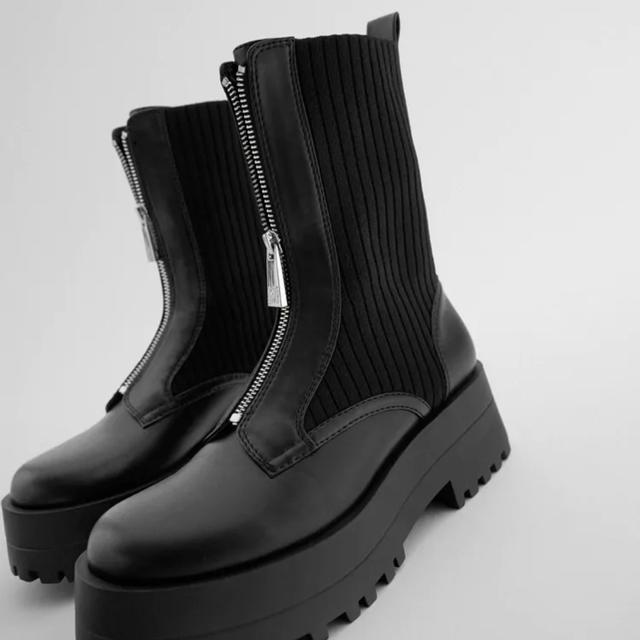 ZARA(ザラ)のZARA ジッパー付きフラットソックスアンクルブーツ レディースの靴/シューズ(ブーツ)の商品写真