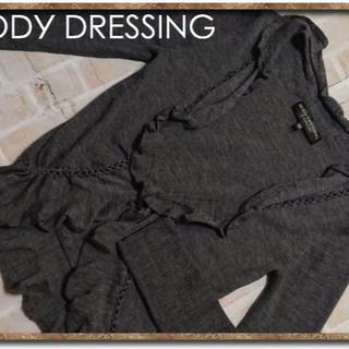 ボディドレッシングデラックス(BODY DRESSING Deluxe)のボディドレッシング フリル付きニットカーディガン 濃グレー(カーディガン)
