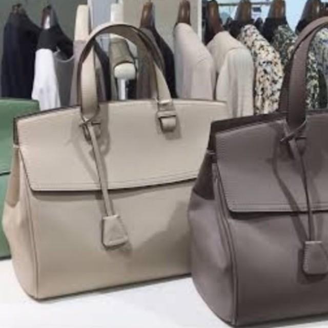 Mila Owen(ミラオーウェン)の本日のみお値下げ‼️ ミラーオーウェン チャーム付きラージハンドバッグ レディースのバッグ(ハンドバッグ)の商品写真