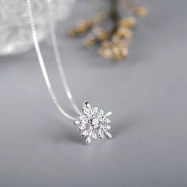 美品雪の結晶ネックレス 雪の結晶ペンダント 雪の花 高品質 オリジナル レディースのアクセサリー(ネックレス)の商品写真