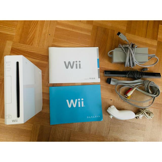 Wii(ウィー)の任天堂 Wii 本体【送料無料】 エンタメ/ホビーのゲームソフト/ゲーム機本体(家庭用ゲーム機本体)の商品写真