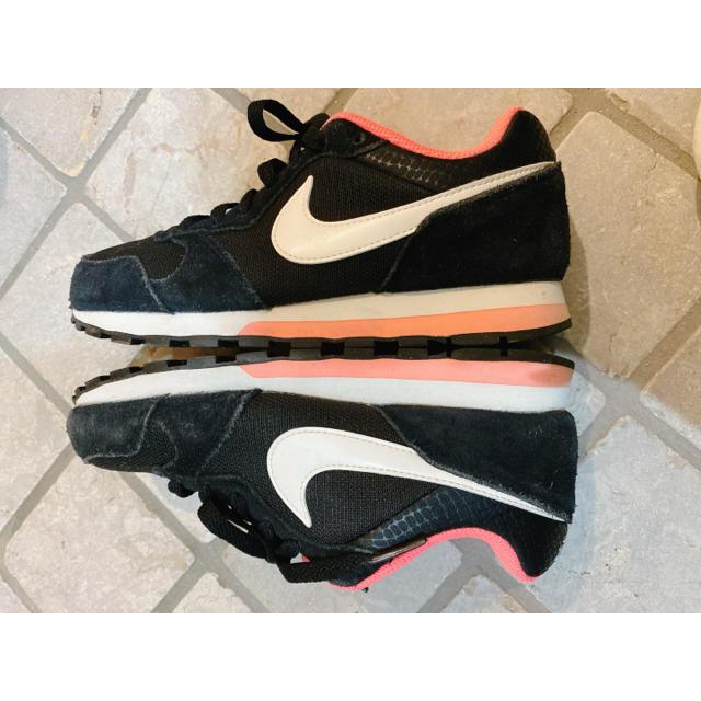 NIKE(ナイキ)のNIKE MDランナー2  22.5cm  ブラック×サーモンピンク レディースの靴/シューズ(スニーカー)の商品写真