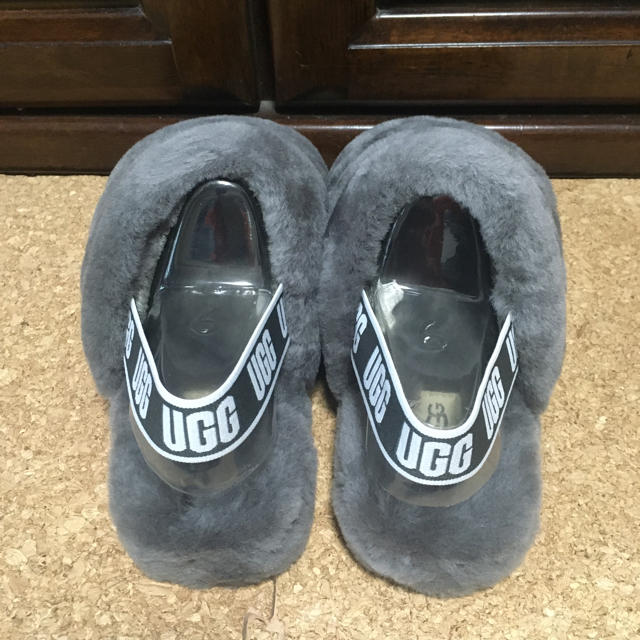 UGG(アグ)の【新品未使用】UGG アグ サンダル フラッフ イヤー スライド チャコール レディースの靴/シューズ(サンダル)の商品写真
