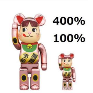メディコムトイ(MEDICOM TOY)の【最安値】BE@RBRICK 招き猫ペコちゃん 桃金メッキ 100% 400%(その他)