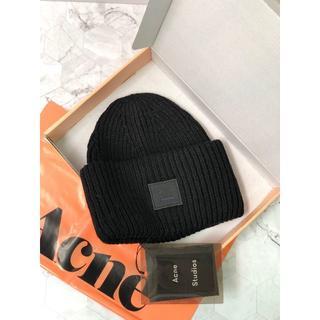アクネ(ACNE)のAcne  黒い笑顔のニット帽(ニット帽/ビーニー)