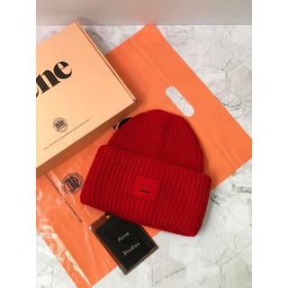 アクネ(ACNE)のAcne  赤い笑顔のニット帽(ニット帽/ビーニー)